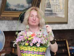 Композиция из цветов в корзине