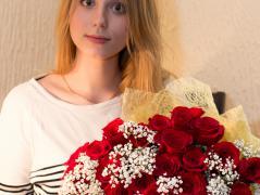 Победительница с букетом роз